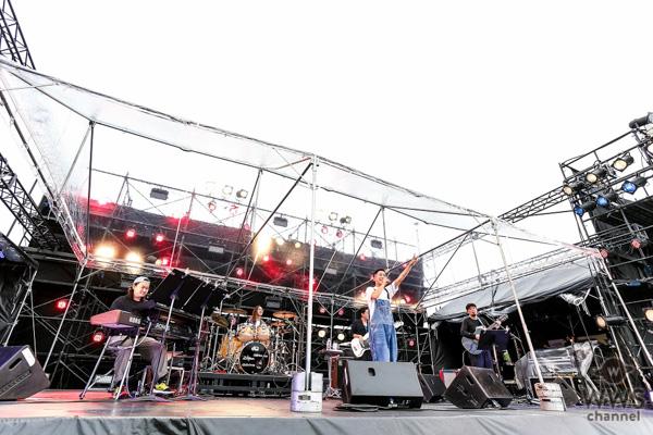 """瑛人、自身初となる大規模野外イベントで話題の新曲「ライナウ」を含む全5曲を披露!集まったオーディエンスに""""元気""""を届ける!"""