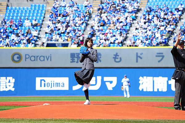 日曜劇場『ドラゴン桜』(TBS系) 生徒・小杉麻里役の志田彩良が始球式に登板!!