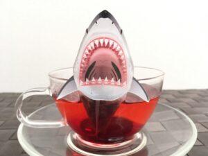 リアルすぎる…飲むのをためらう恐怖のサメのティーバッグ登場!!