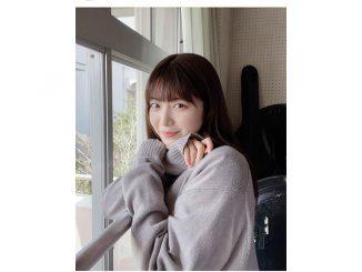 吉田莉桜、窓際で微笑む制服写真が可愛すぎる!