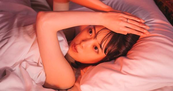 堀未央奈、大人な女性の色気溢れるベッドオフショットを公開