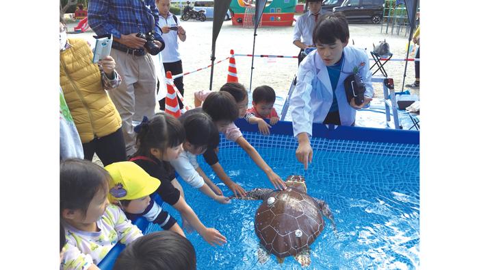 海岸清掃やロボットを使った海洋環境教育などを行う「海洋環境保全グループ SOM」